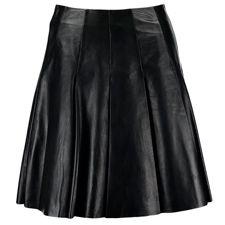 Si quieres ser la más rockera de tu pandilla. Ya casi lo has conseguido, con estas faldas de cuero no vas a pasar desapercibida.